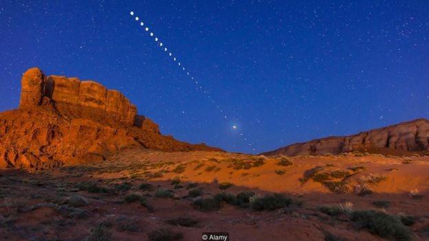 Marcas de diversas fases da Lua no céu do deserto