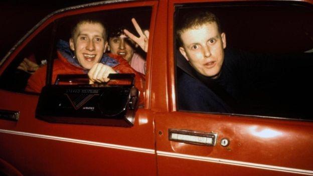 Jovens indo a uma festa rave
