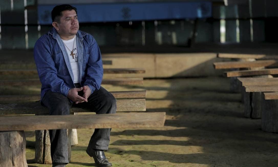 Padre Juan Elias ia apenas duas vezes por ano à comunidade indígena Tacana Foto: Domingos Peixoto / Agência O Globo