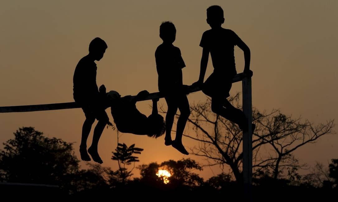 Crianças brincam na comunidade indígena Tacana, na Bolíva Foto: Domingos Peixoto / Agência O Globo