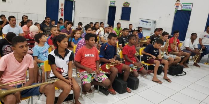 Prefeito de N. S. dos Remédios implanta nova Banda de Música no município