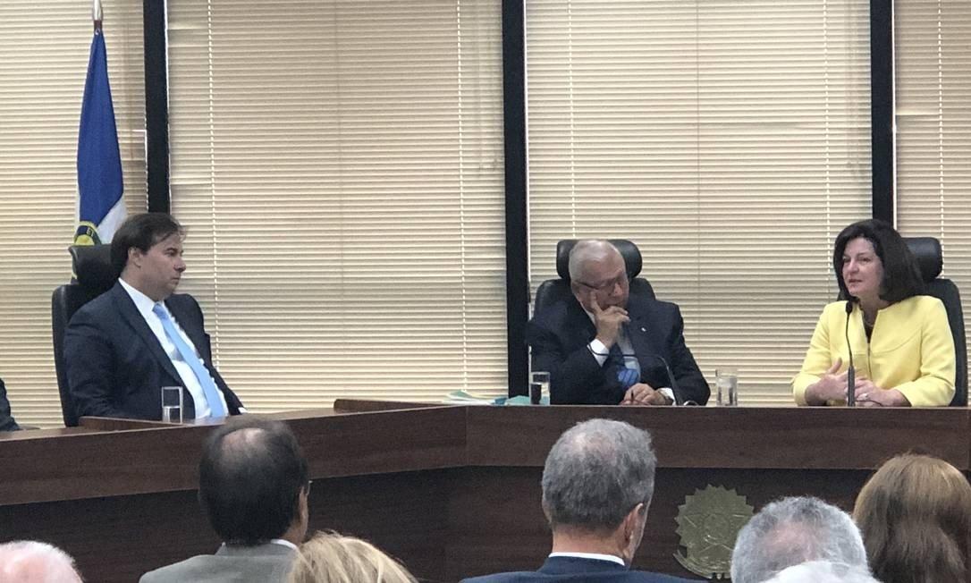 Subprocurador Alcides Martins ao lado de Raquel Dodge e o presidente da Câmara, Rodrigo Maia Foto: Aguirre Talento/ O Globo