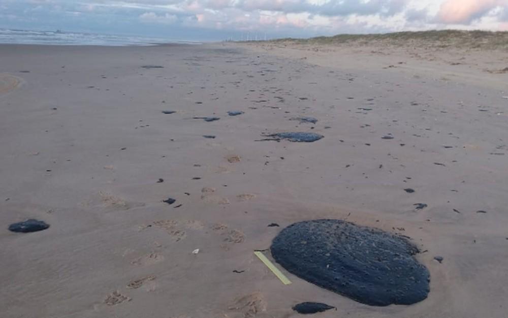 Manchas de óleo atingem 99 locais no litoral do NE e origem é petróleo - Imagem 5
