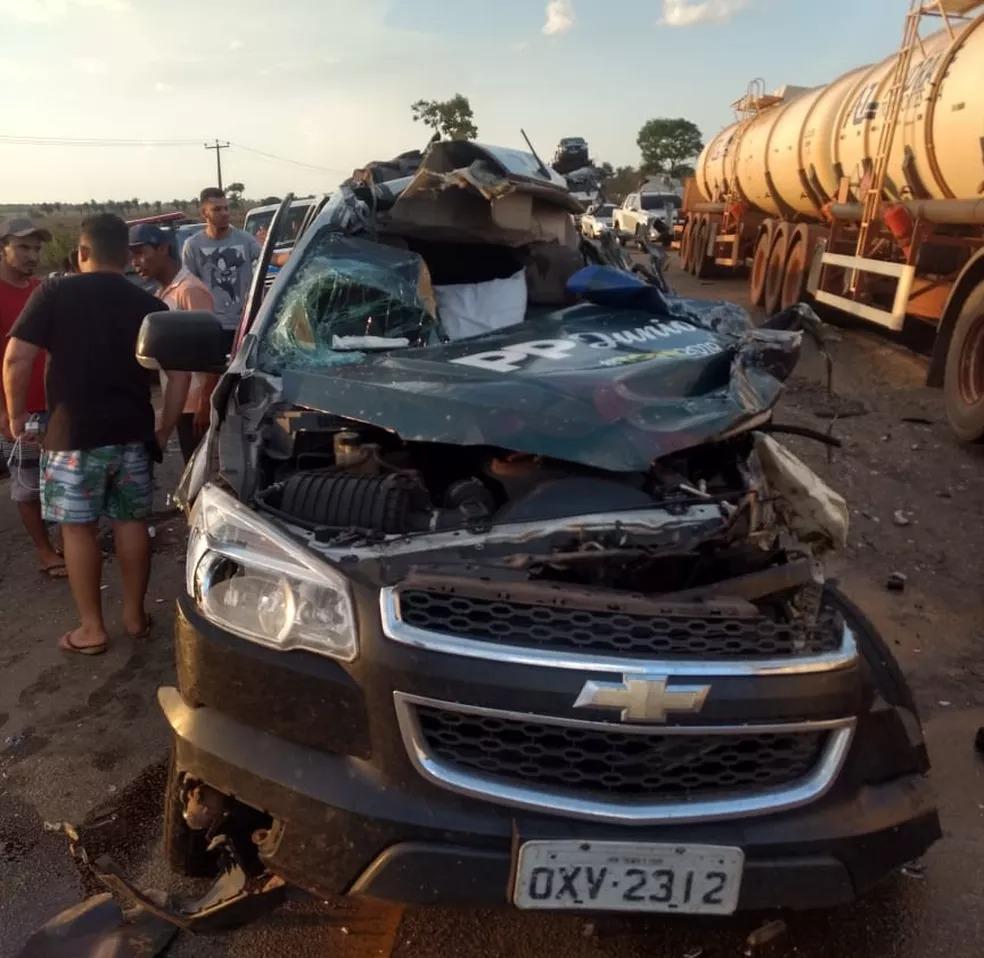 Caminhonete onde estava o cantor Pepê Jr. ficou bastante destruída após o acidente — Foto: Redes Sociais
