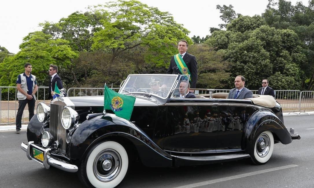 Bolsonaro e o filho Carlos no Rolls Royce da Presidência da República durante o 7 de Setembro: os dois já tinham desfilado juntos na posse presidencial Foto: Isac Nóbrega / PR