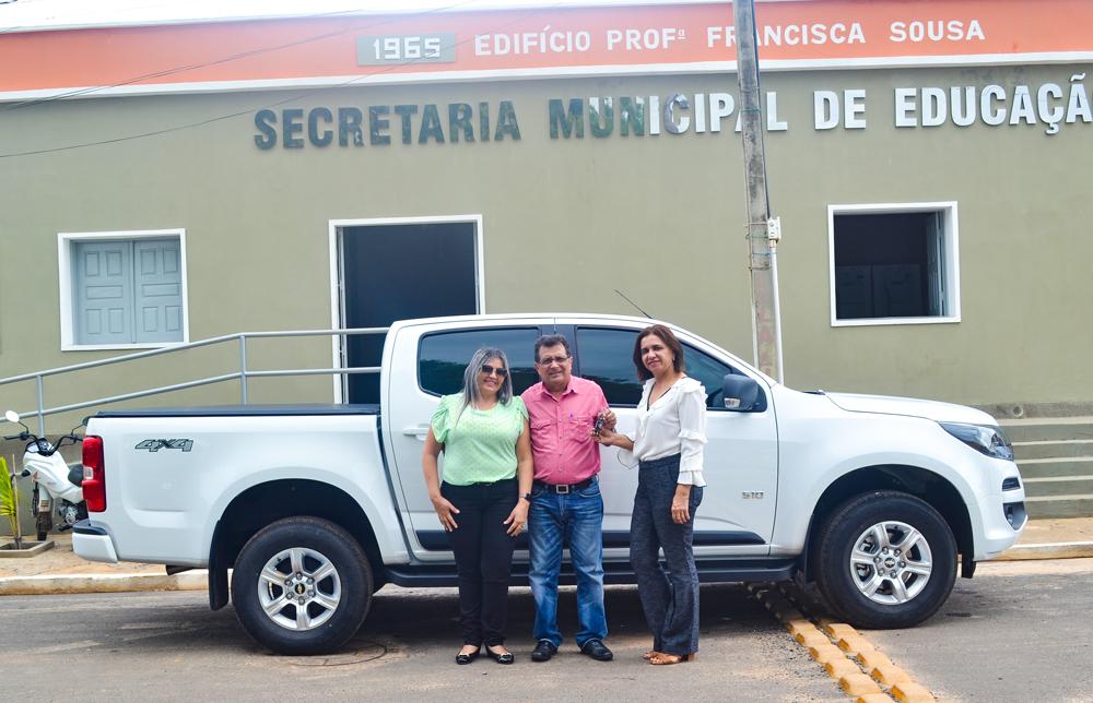Prefeito Genival Bezerra entrega caminhonete e anuncia bônus aos professores - Imagem 1
