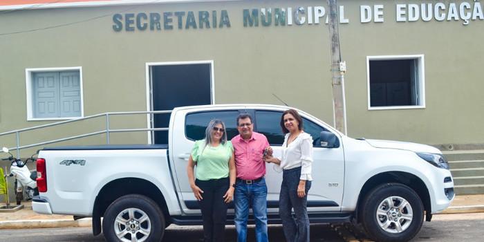 Prefeito Genival Bezerra entrega caminhonete e anuncia bônus aos professores