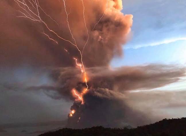 Vulcão entra em erupção e cinzas provocam transtornos nas Filipinas - Imagem 2