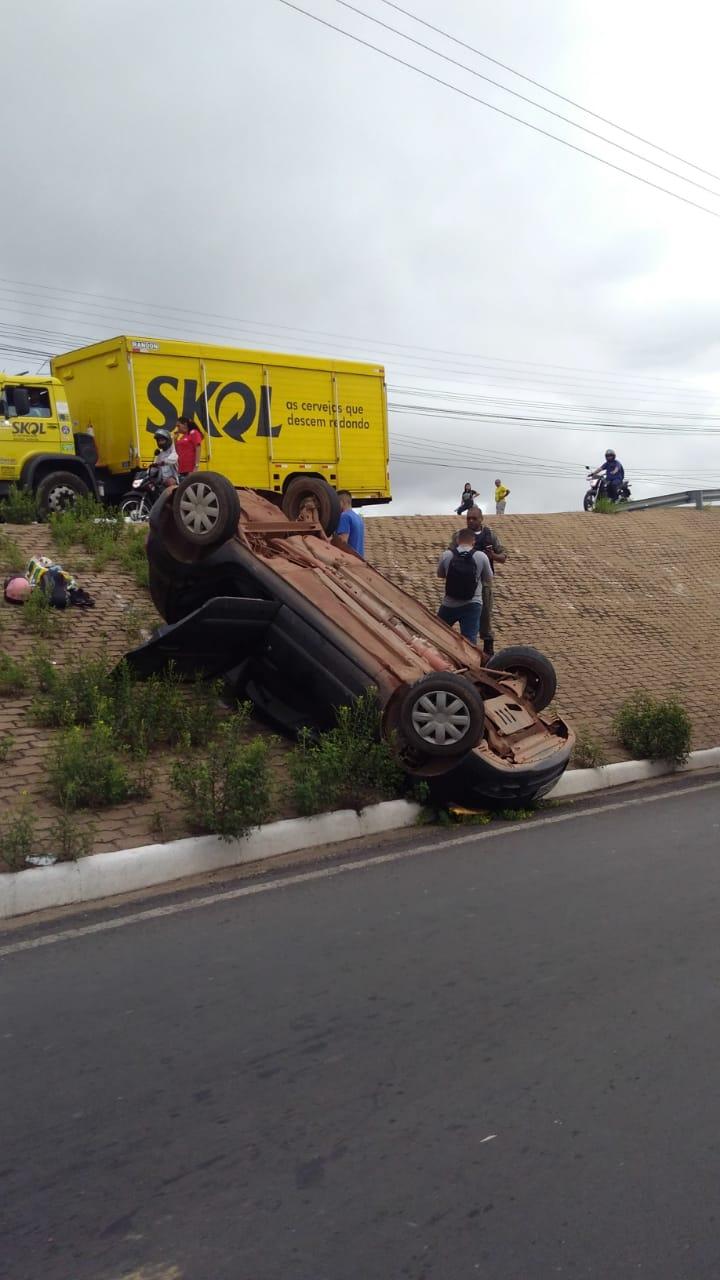 Carro capota e duas pessoas ficam feridas na BR-343 em Teresina - Imagem 2