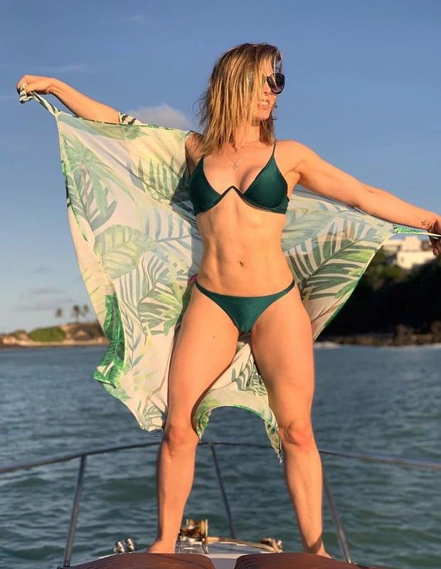 Sheila Mello exibe corpão em passeio de barco com amigos; fotos!  - Imagem 2