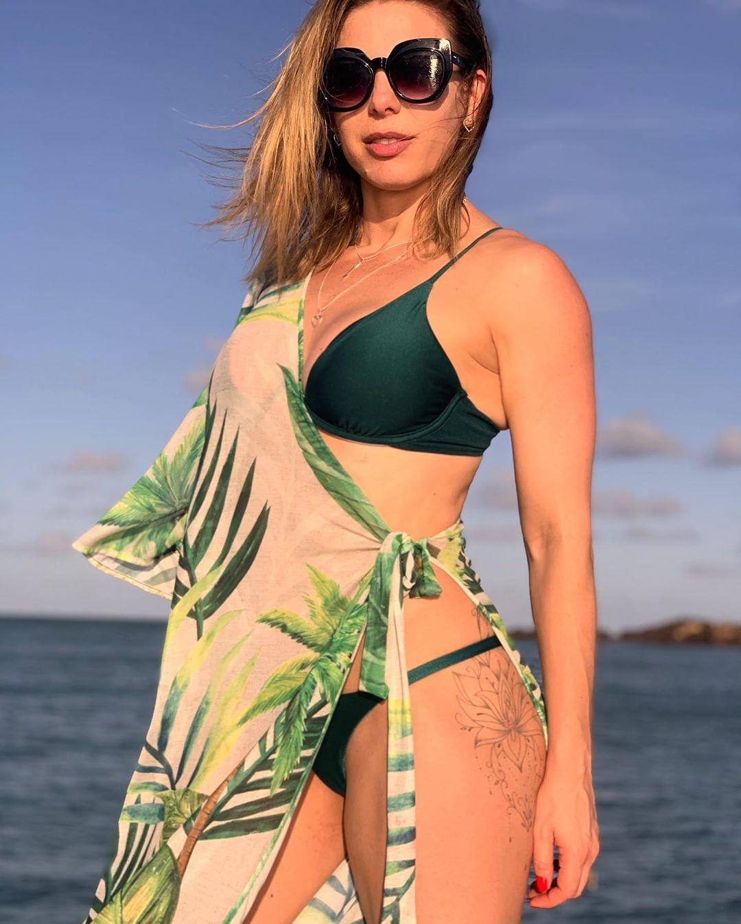 Sheila Mello exibe corpão em passeio de barco com amigos; fotos!  - Imagem 4