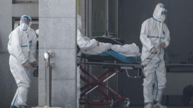 Paciente sendo levada a hospital em Wuhan