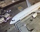 Brasileiros deportados dos EUA chegam a BH em voo fretado
