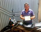 Inusitado: homem é multado por pilotar moto sem cinto de segurança