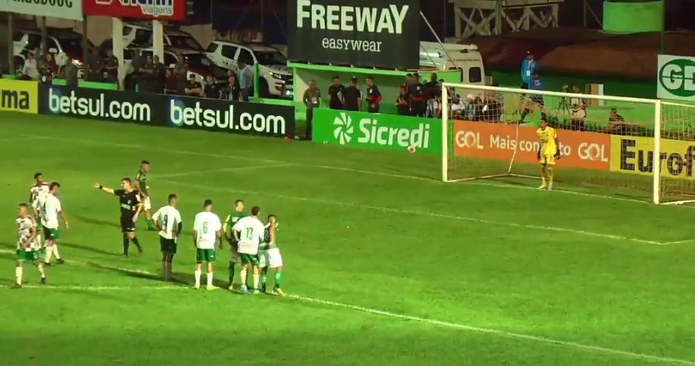 Goleiro Sebastião defende pênalti que garnte vitória do tricolor. Foto: FPF TV