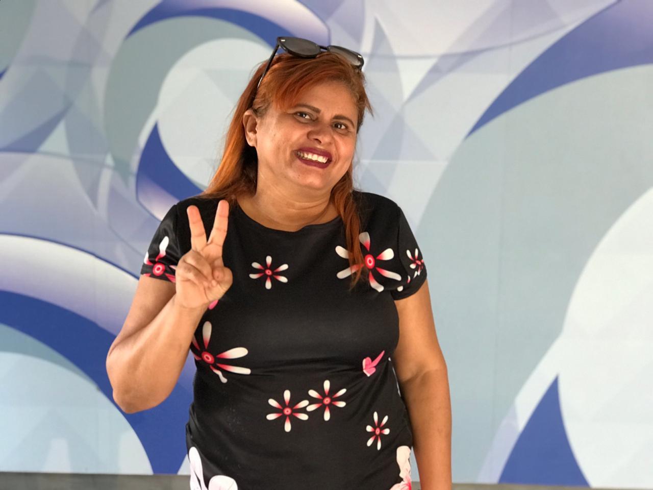 Ganhadora Elisangela Barbosa veio receber sua SmartTV no GMNC