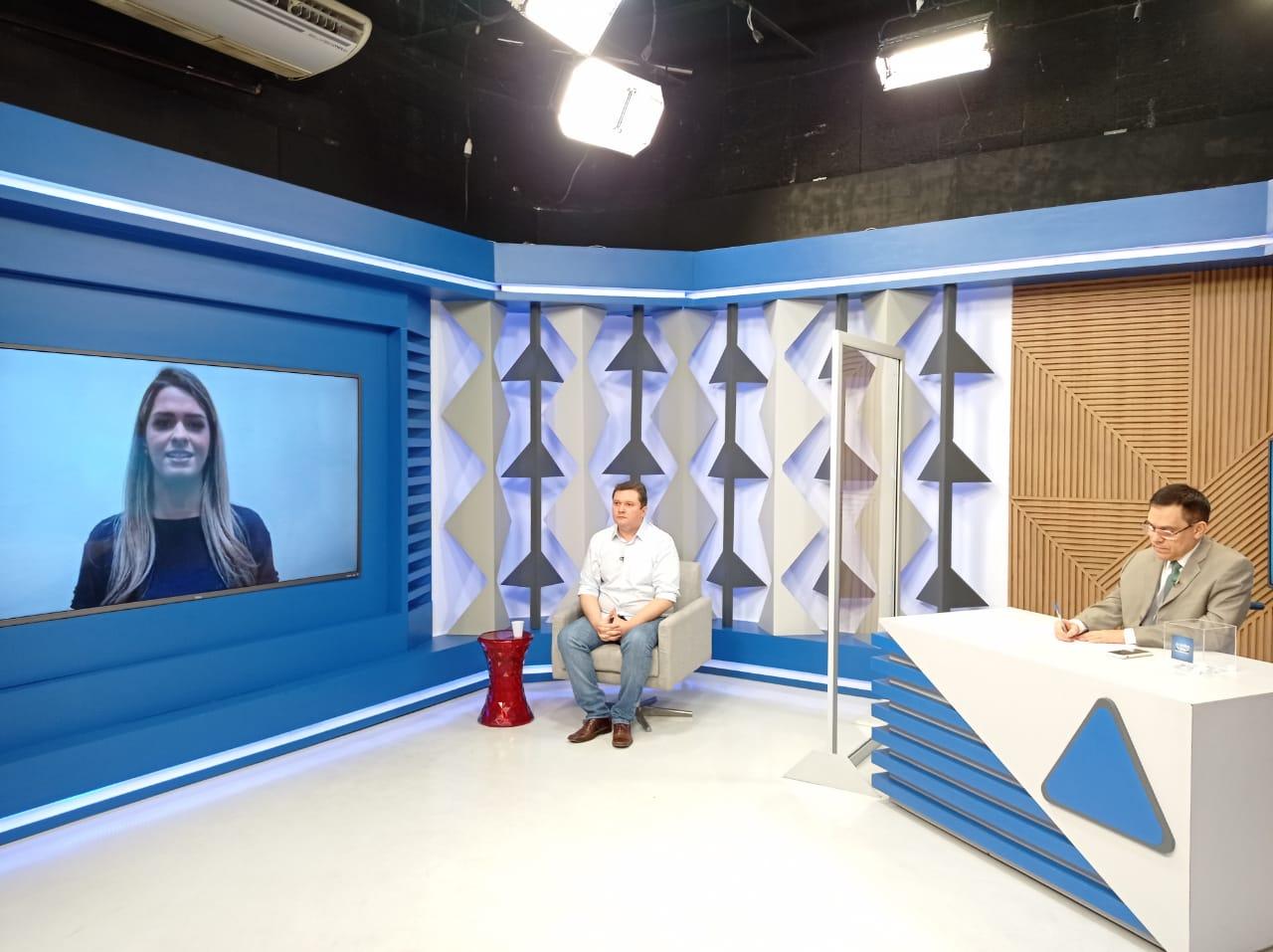 Gessy Fonseca faz pergunta para o candidato a prefeiro de Teresina, Fábio Sérvio em sabatina no Jornal Agora - Foto: Efrém Ribeiro