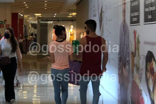 Mayra Cardi e Arthur Aguiar juntos em shopping / Crédito: Gossip do Dia