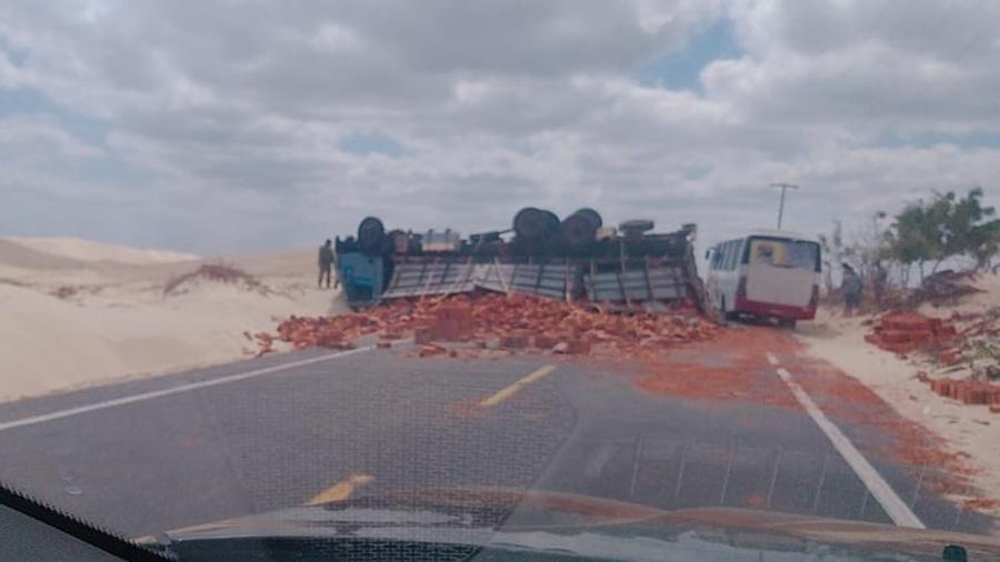 Caminhão carregado de tijolos tomba e interdita rodovia PI-116 - Imagem 1