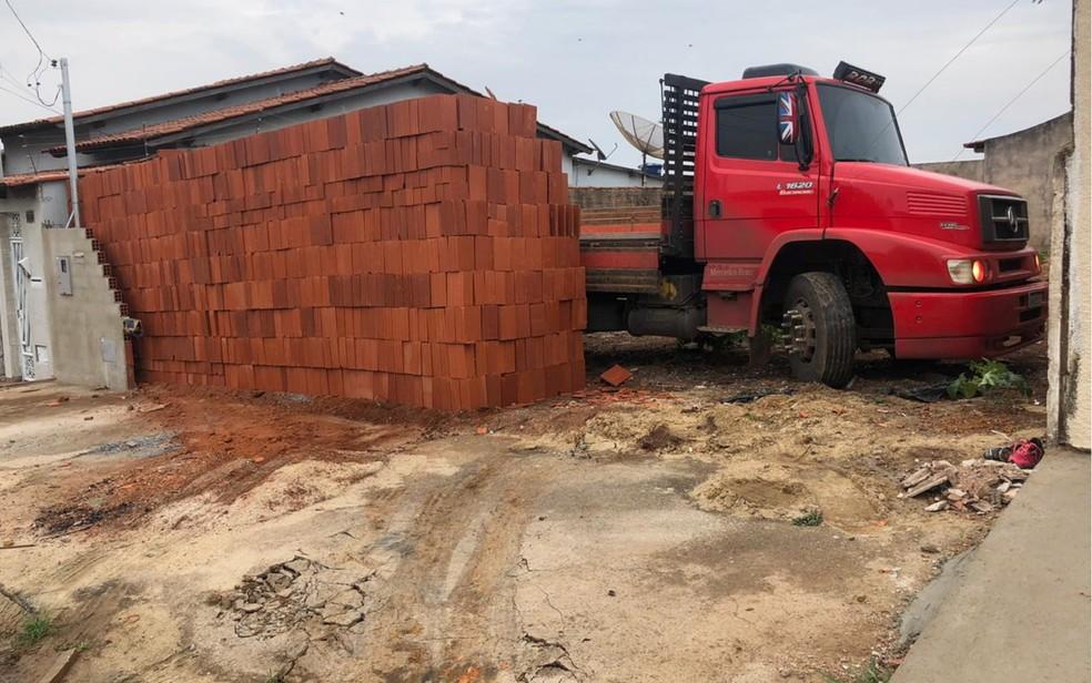 Motorista viraliza após descarregar tijolos e ficar preso em lote - Foto: Arquivo Pessoal