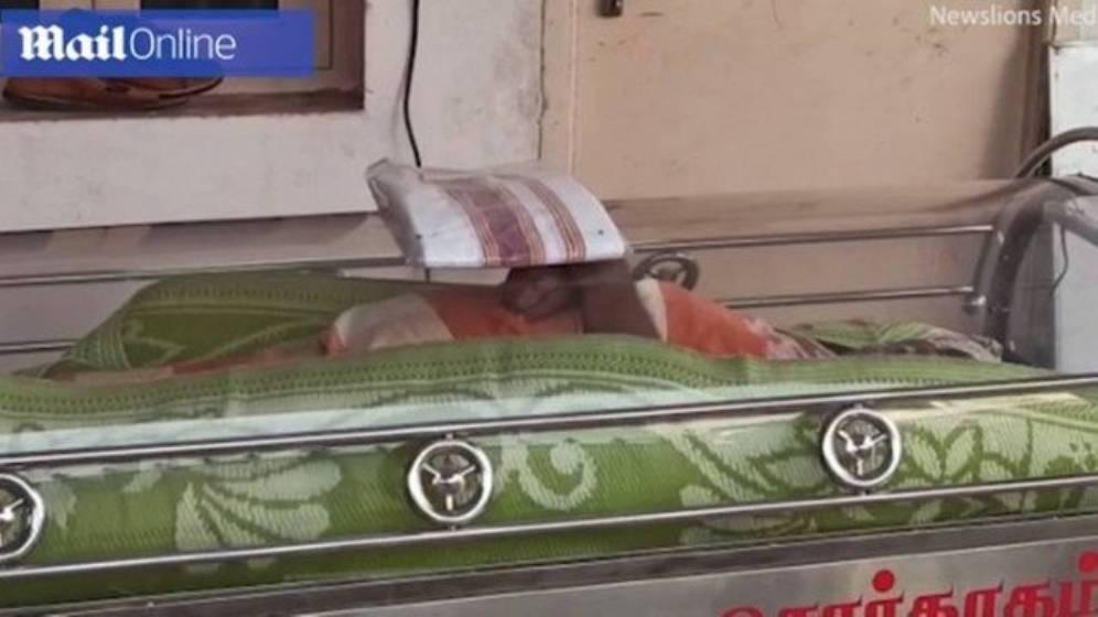 Idoso vai para câmara mortuária ainda vivo por erro da família (Reprodução)