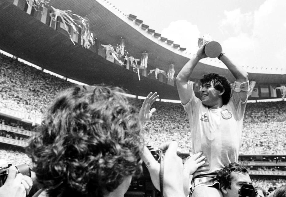 Maradona com a taça da Copa de 1986 (Foto: Reginalo Manente)