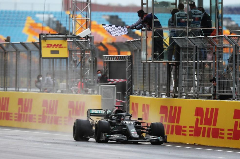 Hamilton cruza a linha de chegada para vencer o GP da Turquia — Foto: Getty Images