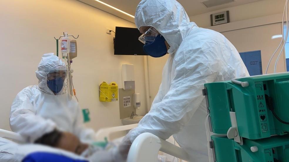 Funcionários atendem paciente com Covid-19 - Foto: Divulgaçao