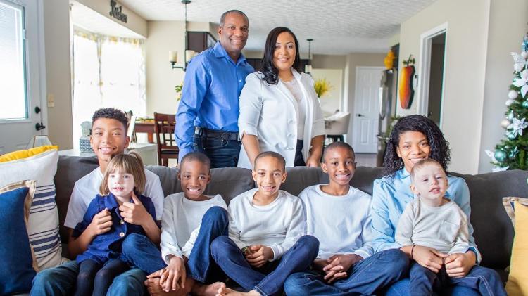 Hoje, Jaqueline e James são pais de sete filhos, cinco deles adotados