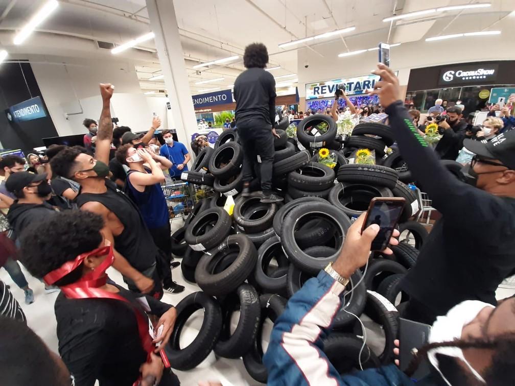 Manifestantes pedem o fechamento do Carrefour — Foto: Felipe Farias/TV Globo