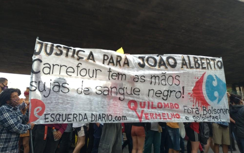Manifestantes pedem justiça a João Alberto durante ato no Masp nesta sexta-feira (20) — Foto: Reprodução/Twitter