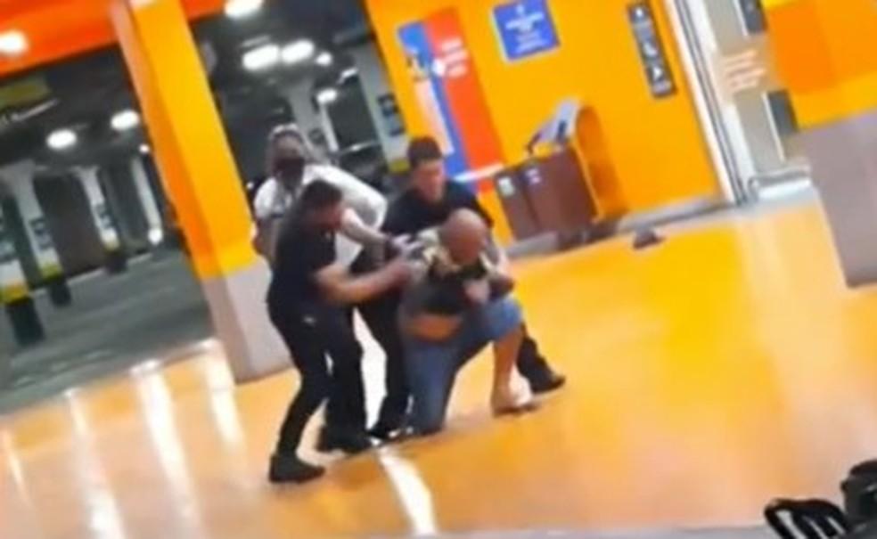 Homem negro é espancado e morto por seguranças