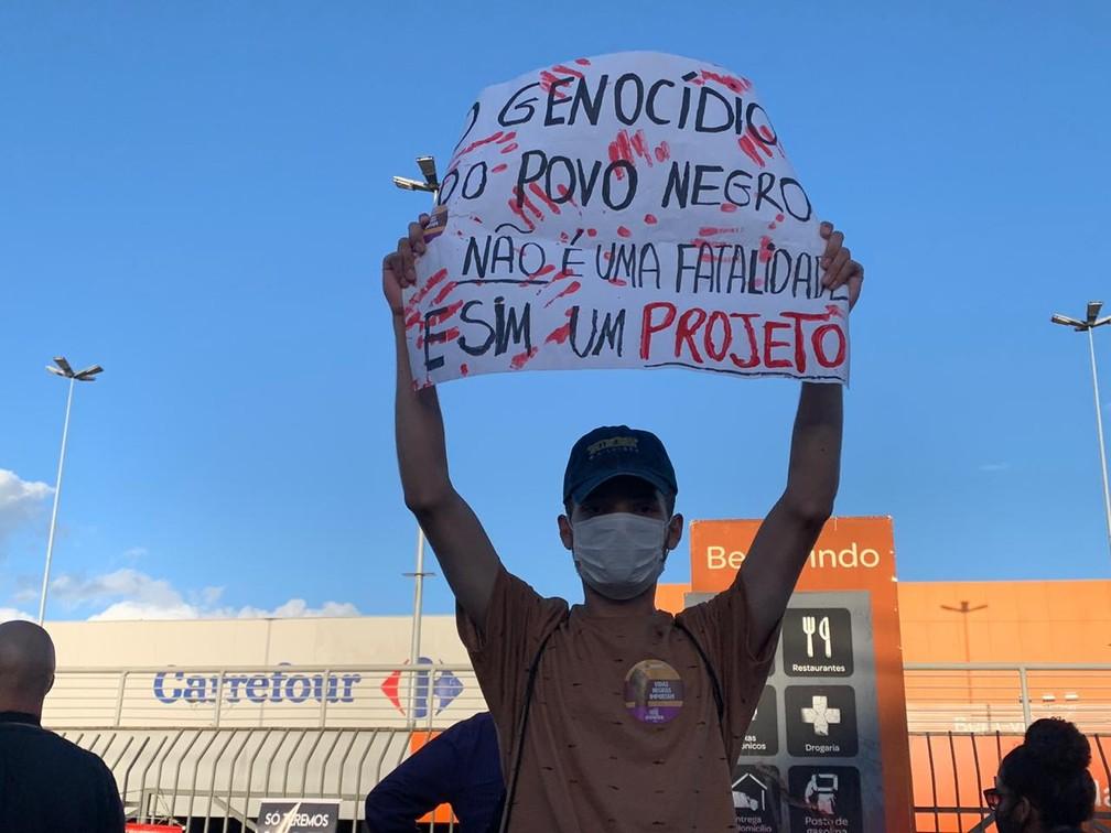 Grupo protestou contra morte de homem negro que foi espancado por seguranças, em Porto Alegre. — Foto: Matheus Beck/G1