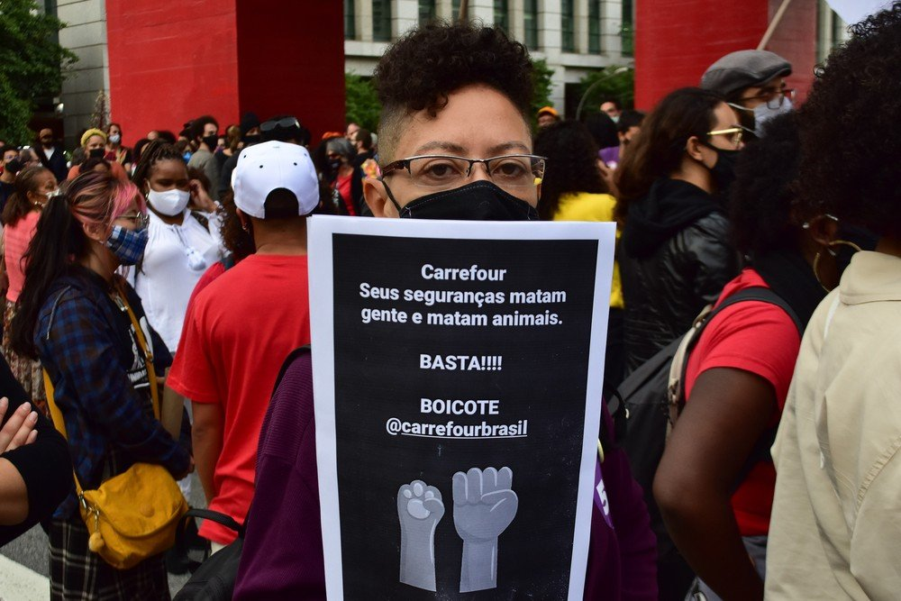 Manifestantes pedem justiça por João Alberto durante manifestação nesta sexta-feira (20), em São Paulo — Foto: LEO ORESTES/FRAMEPHOTO/ESTADÃO CONTEÚDO