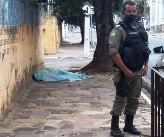 Morador de rua é encontrado morto em calçada no litoral do Piauí - Imagem 1