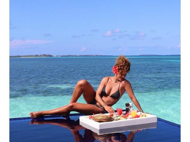 Juliana Paes curte café da manhã em cenário paradisíaco - Imagem 1