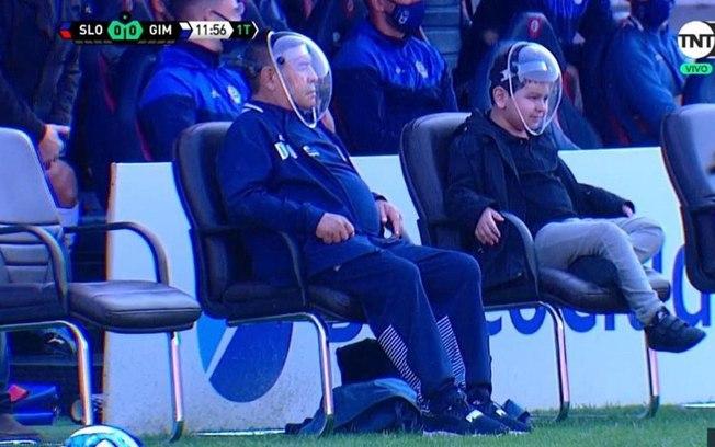 Maranona e o filho mais novo em estádio argentino