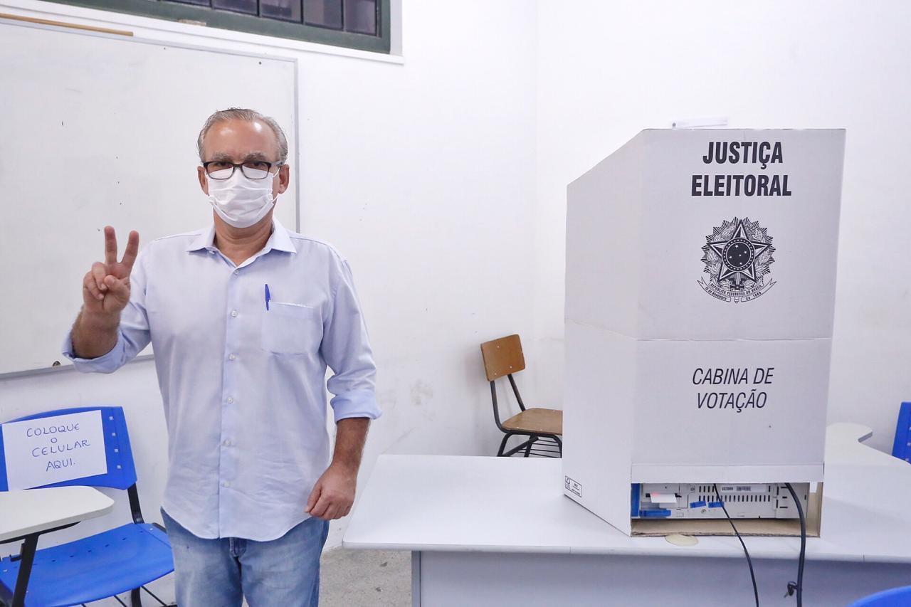 Firmino Filho vota em escola na zona Leste de Teresina - Foto: Ascom