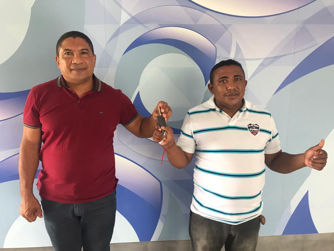 PM Rilton Rodrigues e o vendedor ambulante Rogério de Oliveira recebem Gol 0 km