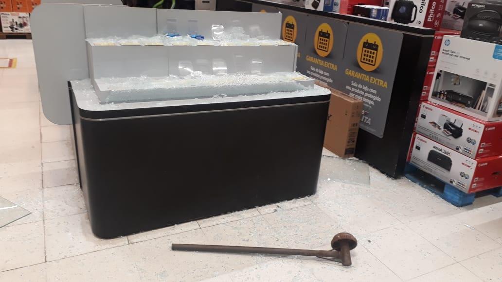 Criminosos usaram instrumento para quebrar vidraças do local - Foto: Reprodução