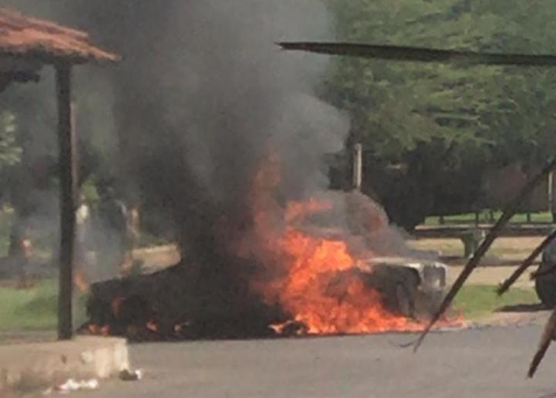 Veículo pega fogo em avenida do município de Campo Maior