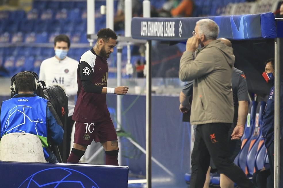 Neymar deixa campo na Turquia-Foto: Getty Images
