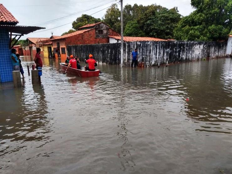 Casas e ruas ficaram alagadas após forte chuva em Parnaíba