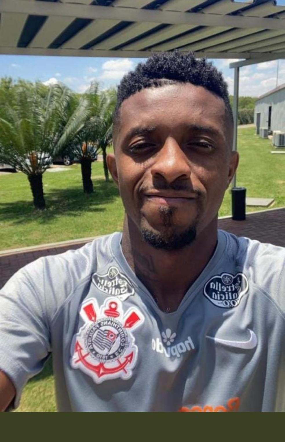 Jogador fez selfie com uniforme no CT do Corinthians- Reprodução/Redes sociais