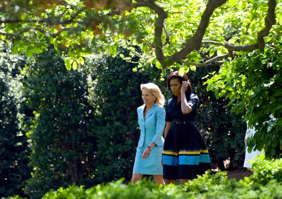 ABRIL/2009: Jill Biden e Michelle Obama durante cerimônia