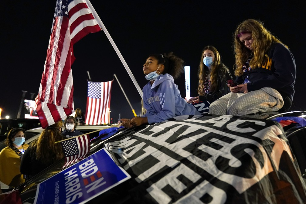 Pessoas esperam pelo 1º discurso de Joe Biden Foto: AP Photo/Andrew Harnik