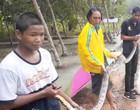 Pescador captura píton de 4 metros em sua rede de pesca; vídeo