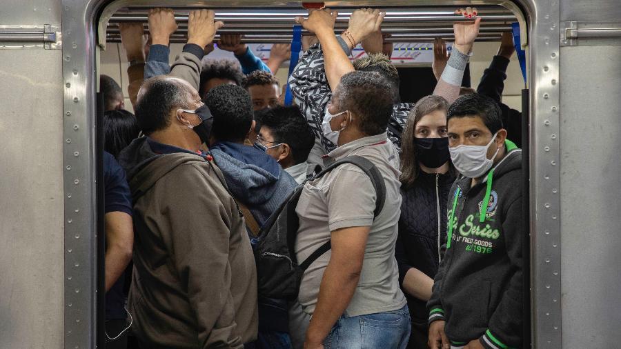 Passageiros do metrô de São Paulo sofrem com vagões cheios em meio à pandemia - Imagem: BRUNO ROCHA/ESTADÃO CONTEÚDO