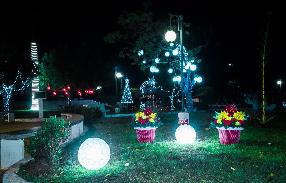Confira a decoração natalina da praça 28 de Dezembro, em Joaquim Pires - PI - Imagem 7