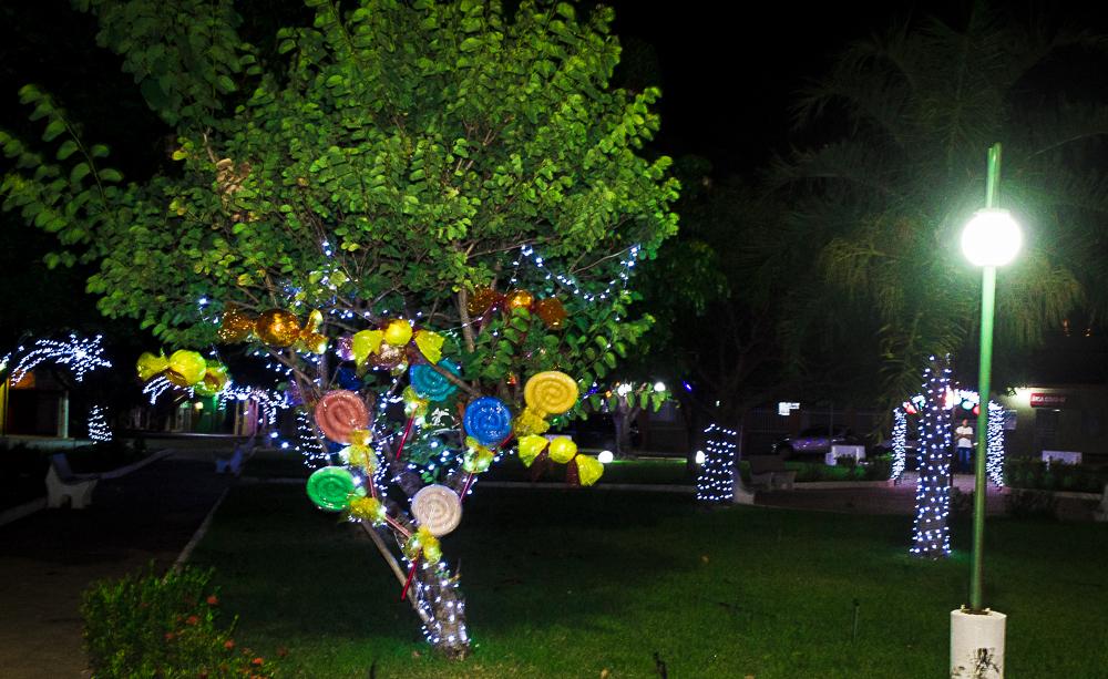 Confira a decoração natalina da praça 28 de Dezembro, em Joaquim Pires - PI - Imagem 11